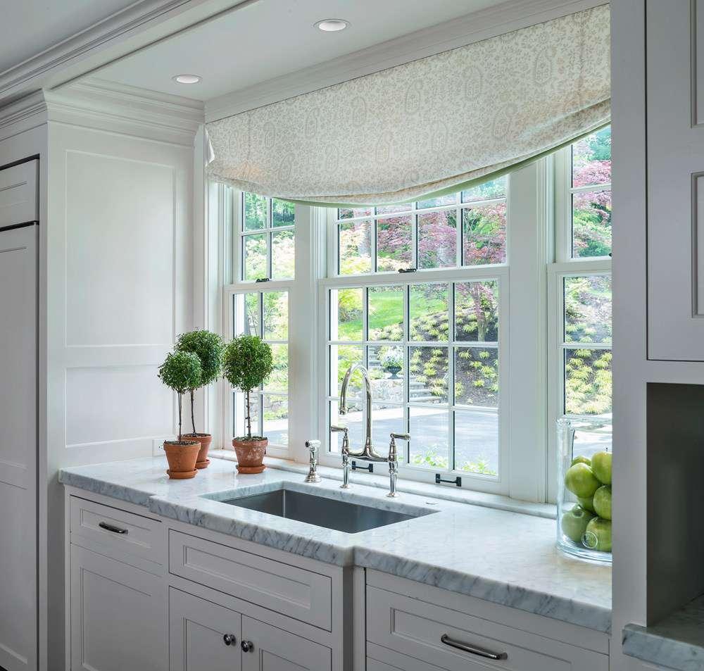 Topiarios en la cocina blanca