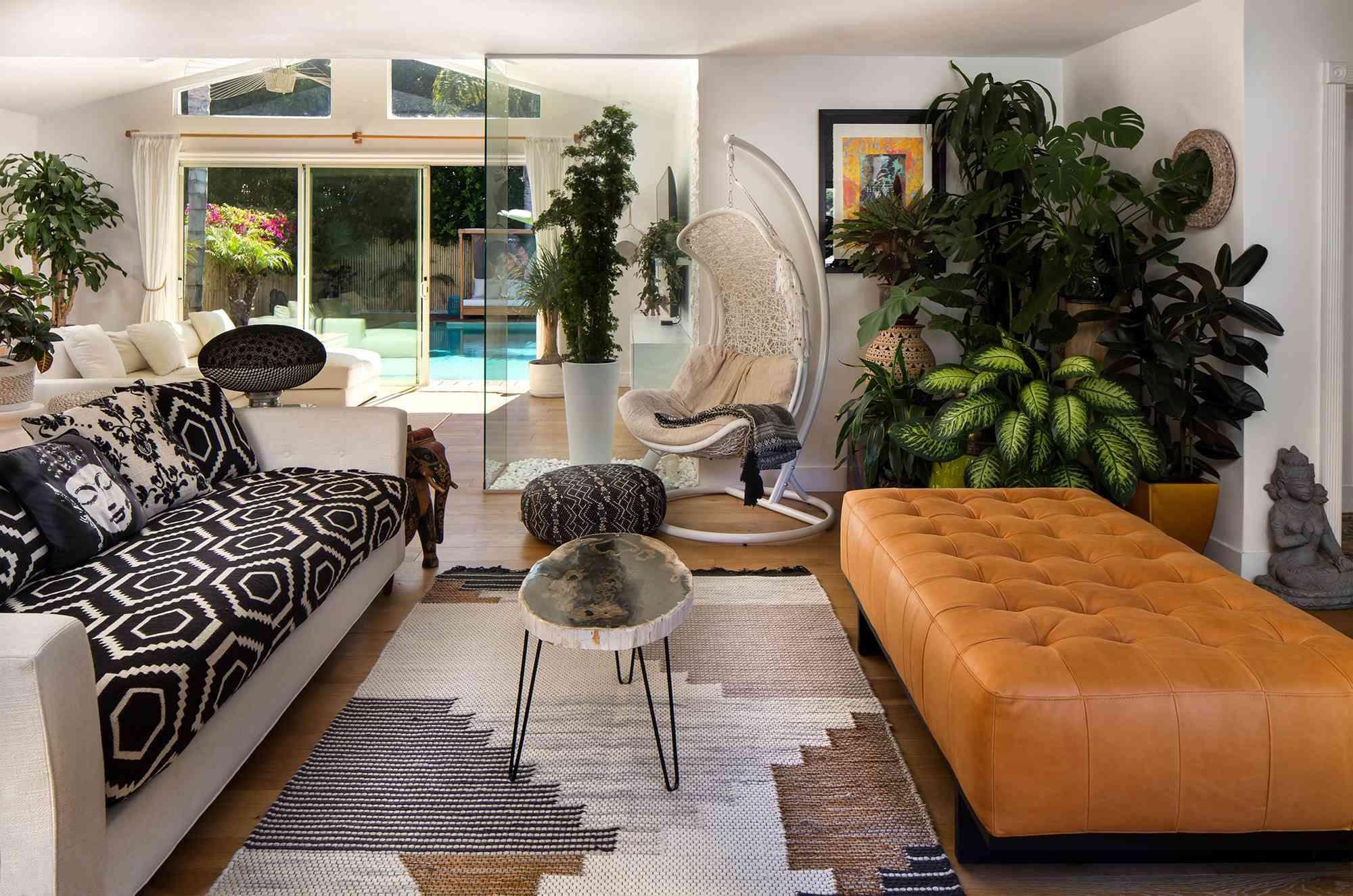 Floor to ceiling livingroom wall