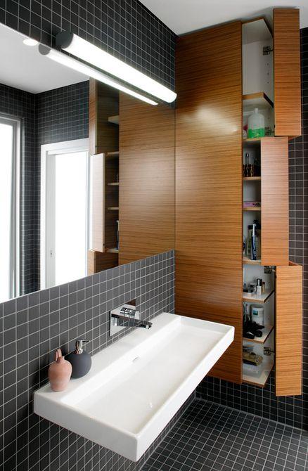 Baño con muchos gabinetes de almacenamiento