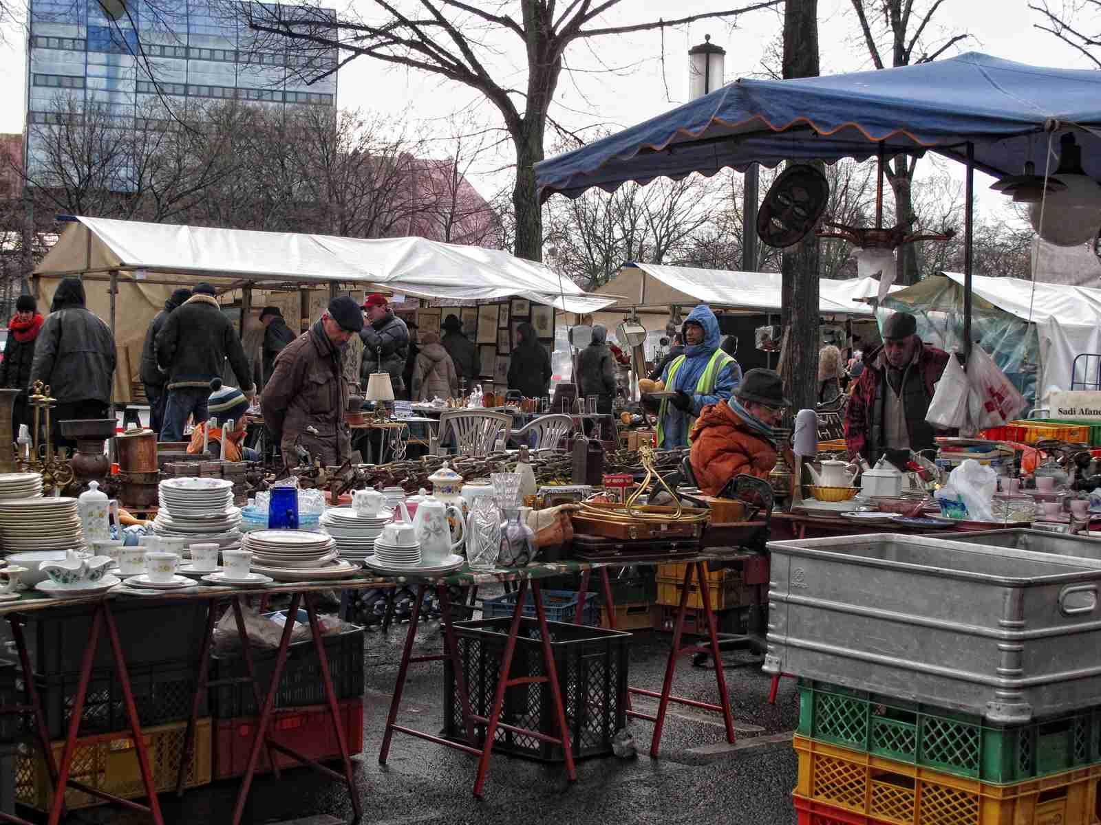 personas que visitan el gran mercado de pulgas en el Tiergarten Berlín (Alemania)