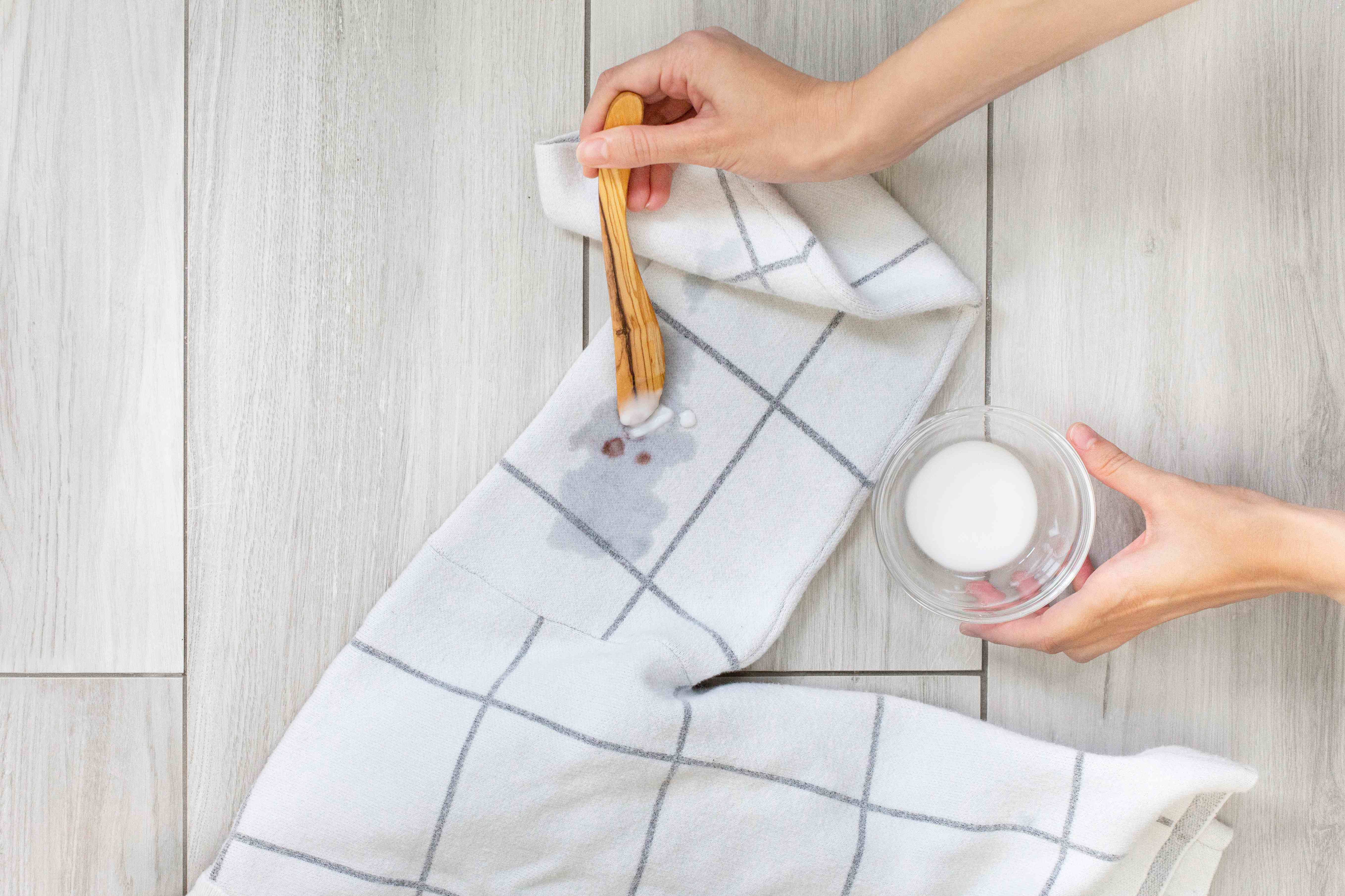 using baking soda to remove blood stains