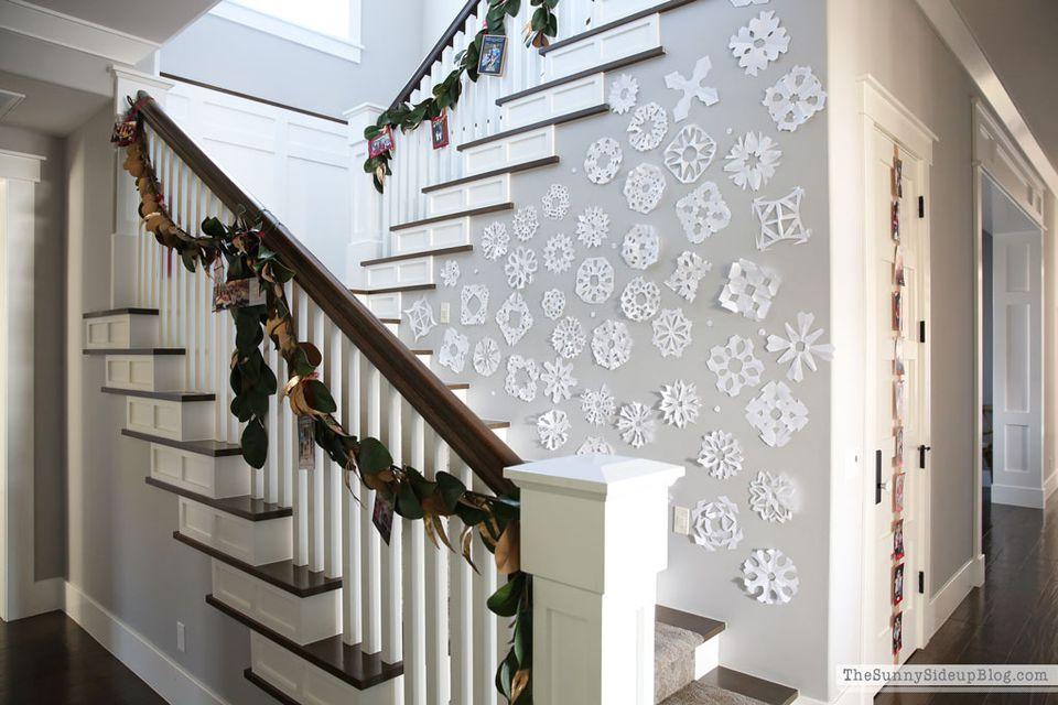 escalera con tarjetas de navidad y copos de nieve