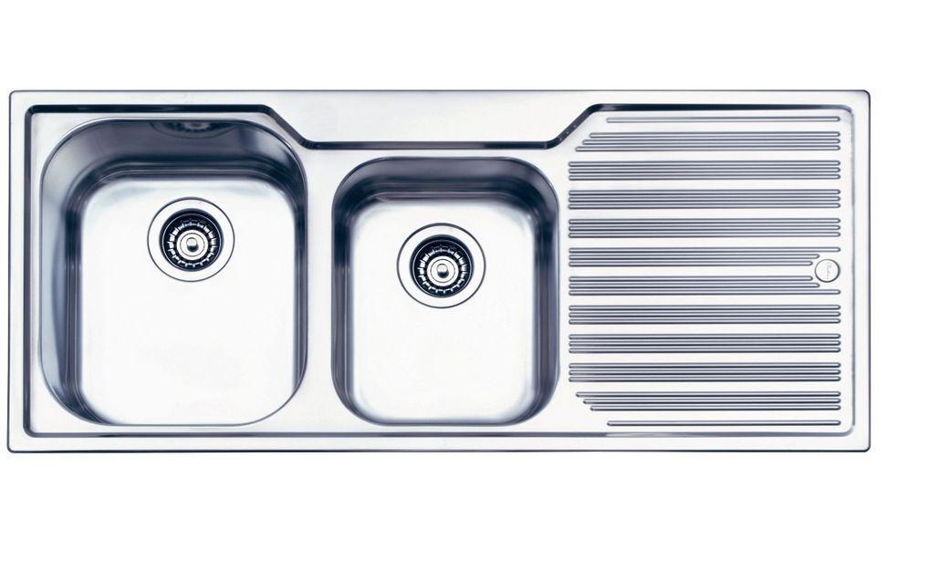 Fregadero de acero inoxidable Oliveri con escurridor sobre un fondo blanco .