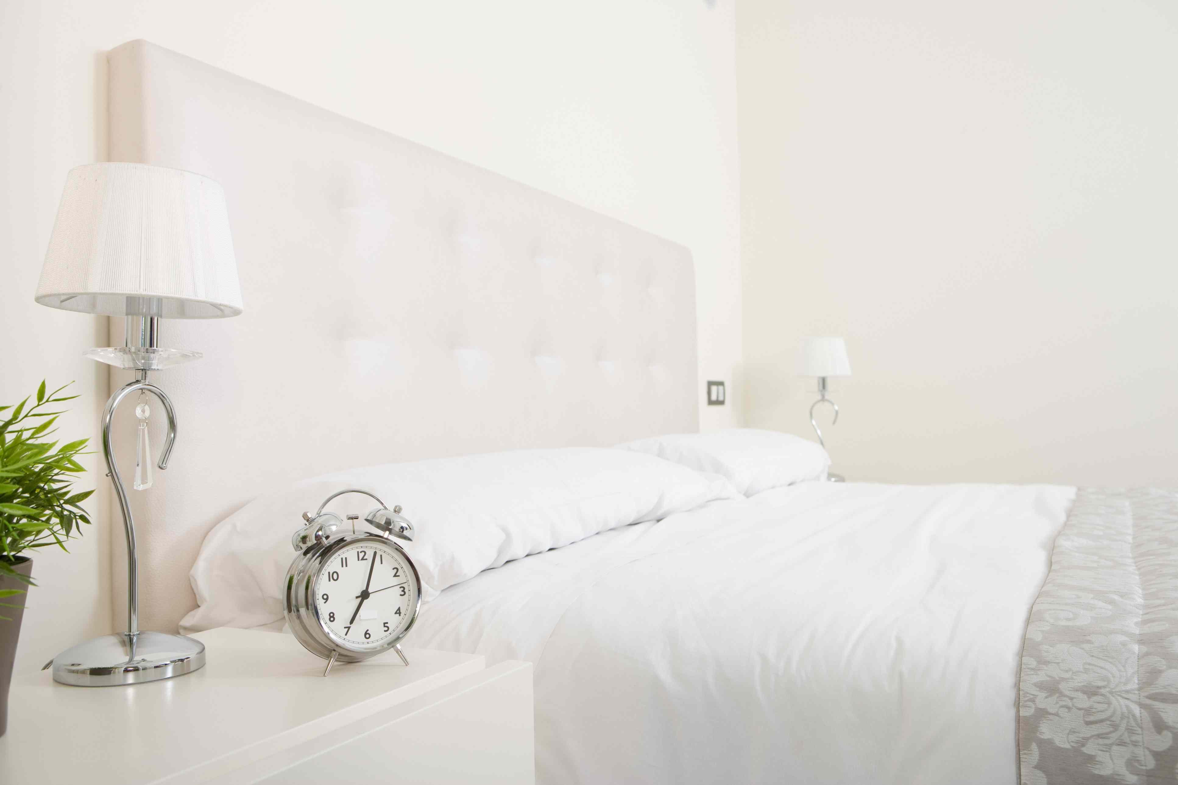 Habitación plateada y blanca