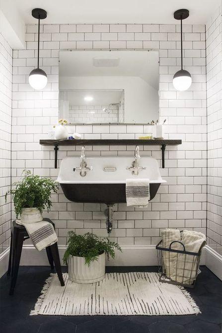 Baño blanco y negro con doble lavabo