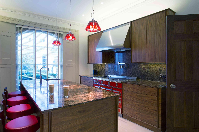 toques de rojo en la cocina minimalista