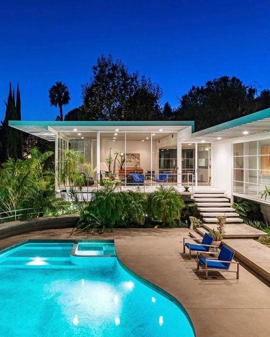 casa de estilo rancho con piscina en la parte trasera