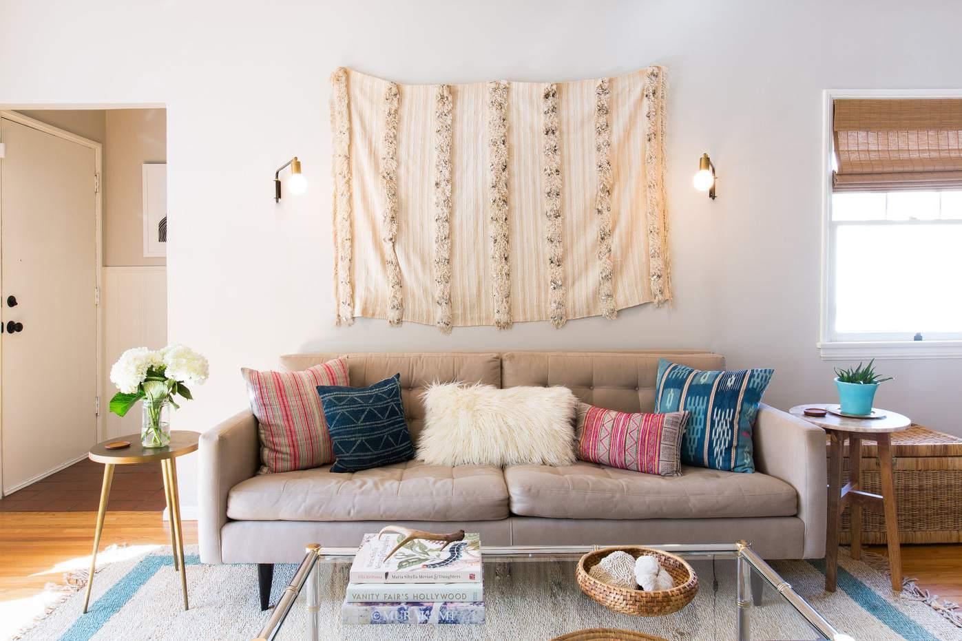 manta de boda marroquí sobre sofá héroe