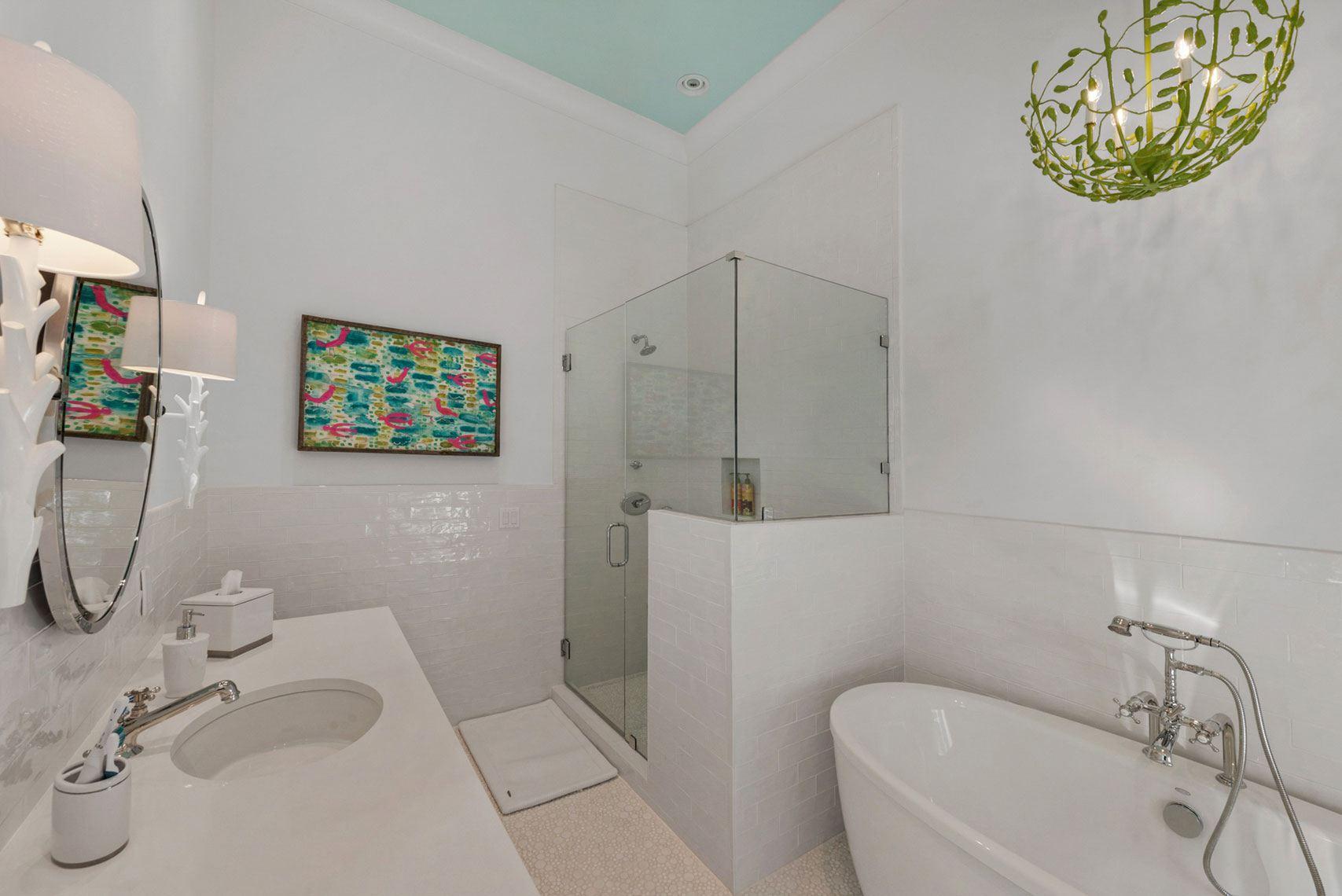 baño blanco en la casa de la playa