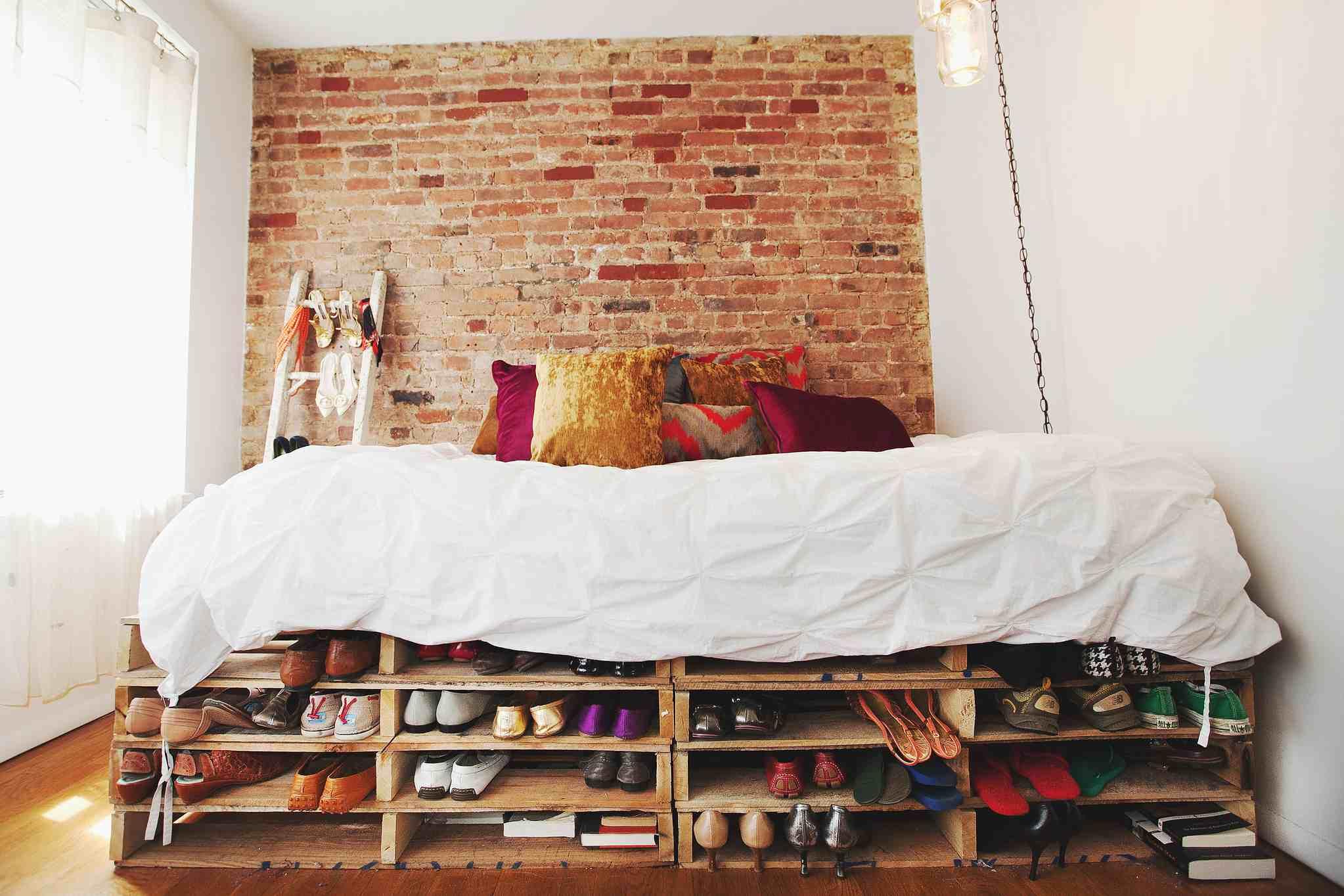 Dormitorio rústico Campy con letrero de motel vintage