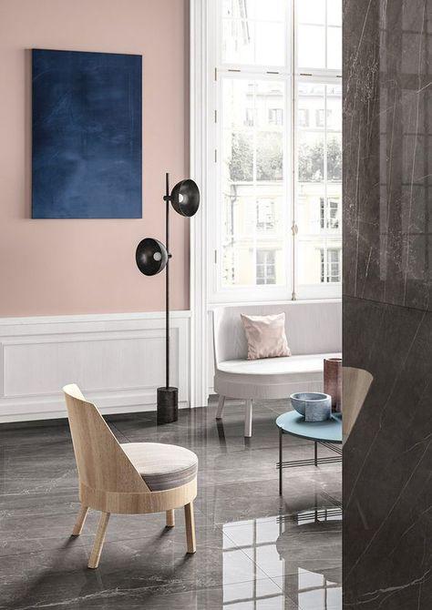 Sala de estar moderna con pared característica de color rosa pálido