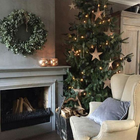 Christmas tree with large gold star ornaments