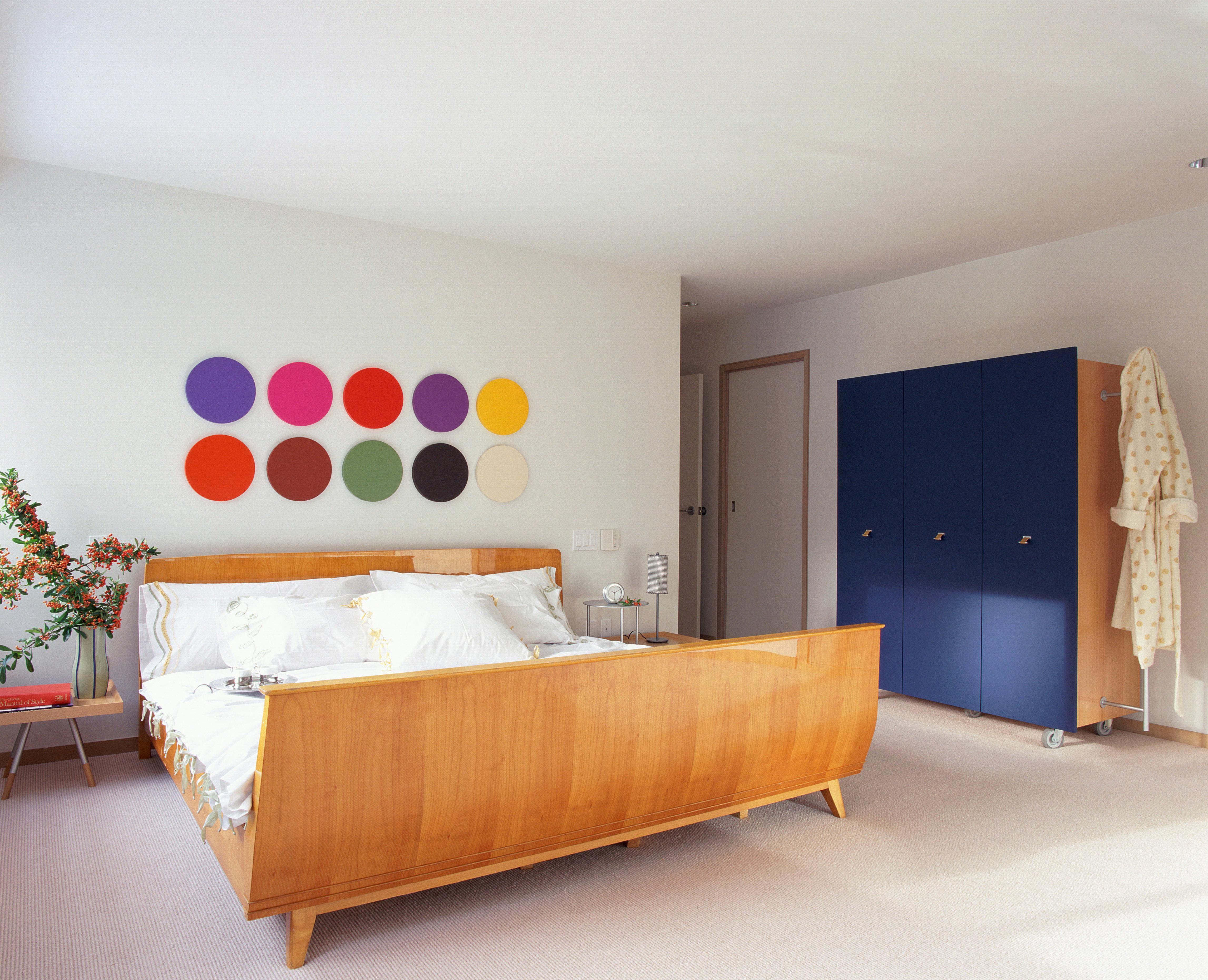 Habitación contemporánea con detalles brillantes