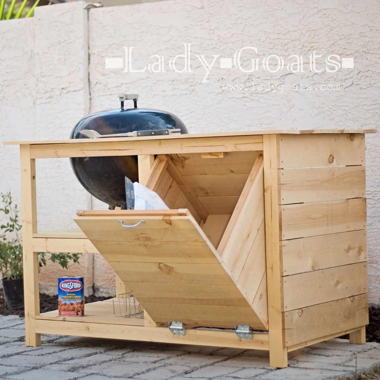 Una estación de parrilla de barbacoa de madera