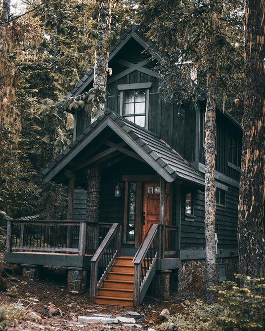 Casa de marco negro con dos pisos