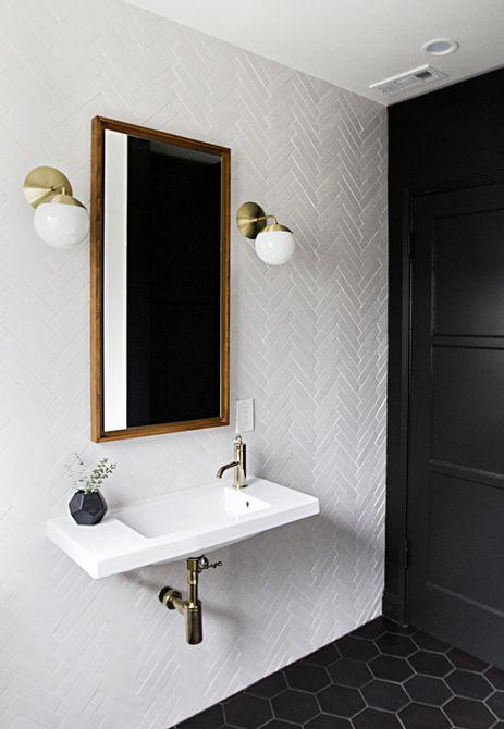 Blanco y negro baño con pared de azulejos en espiga