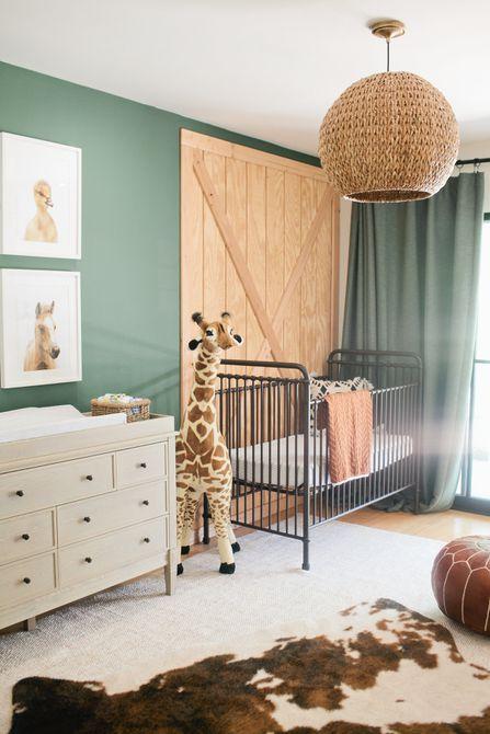 Vivero de temática animal con paredes verdes y acentos naturales