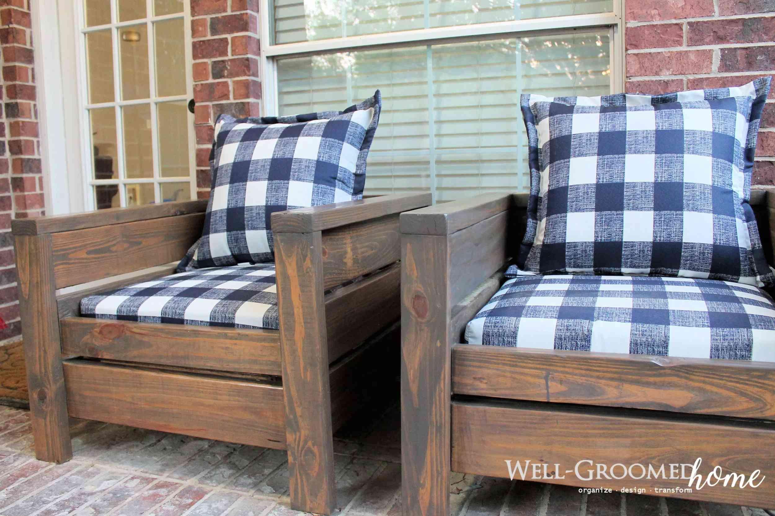 Dos sillas de patio con almohadas a cuadros
