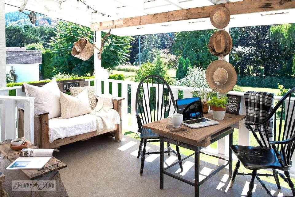 Un patio con muebles recuperados