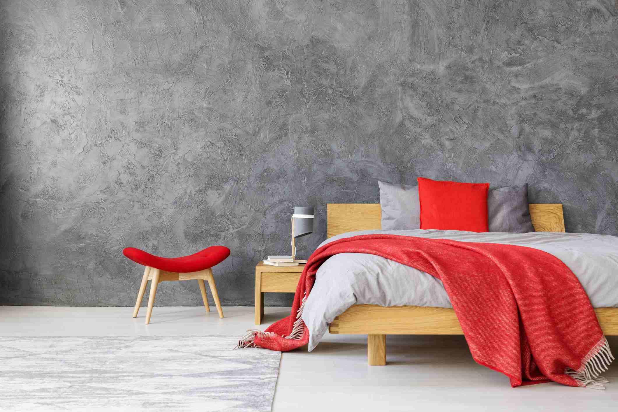Habitación neutral con detalles en rojo