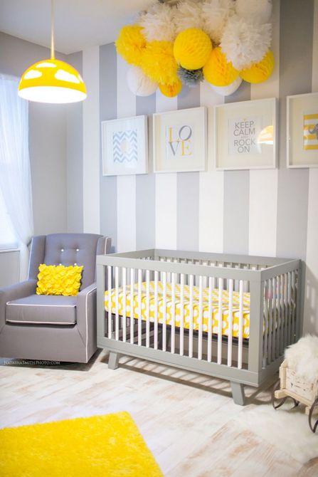 Vivero gris y amarillo con pared decorativa a rayas y papel pom-pom móvil de papel amarillo