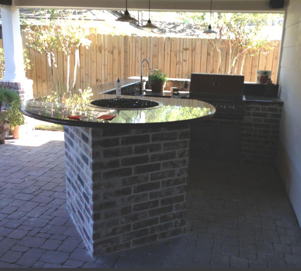 Cocina al aire libre con mesa de fuego