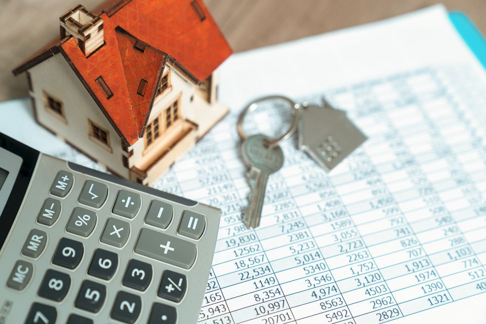 Mini house on mortgage rates with calculator and keys