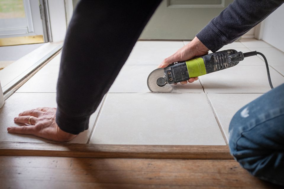 Removing tile grout