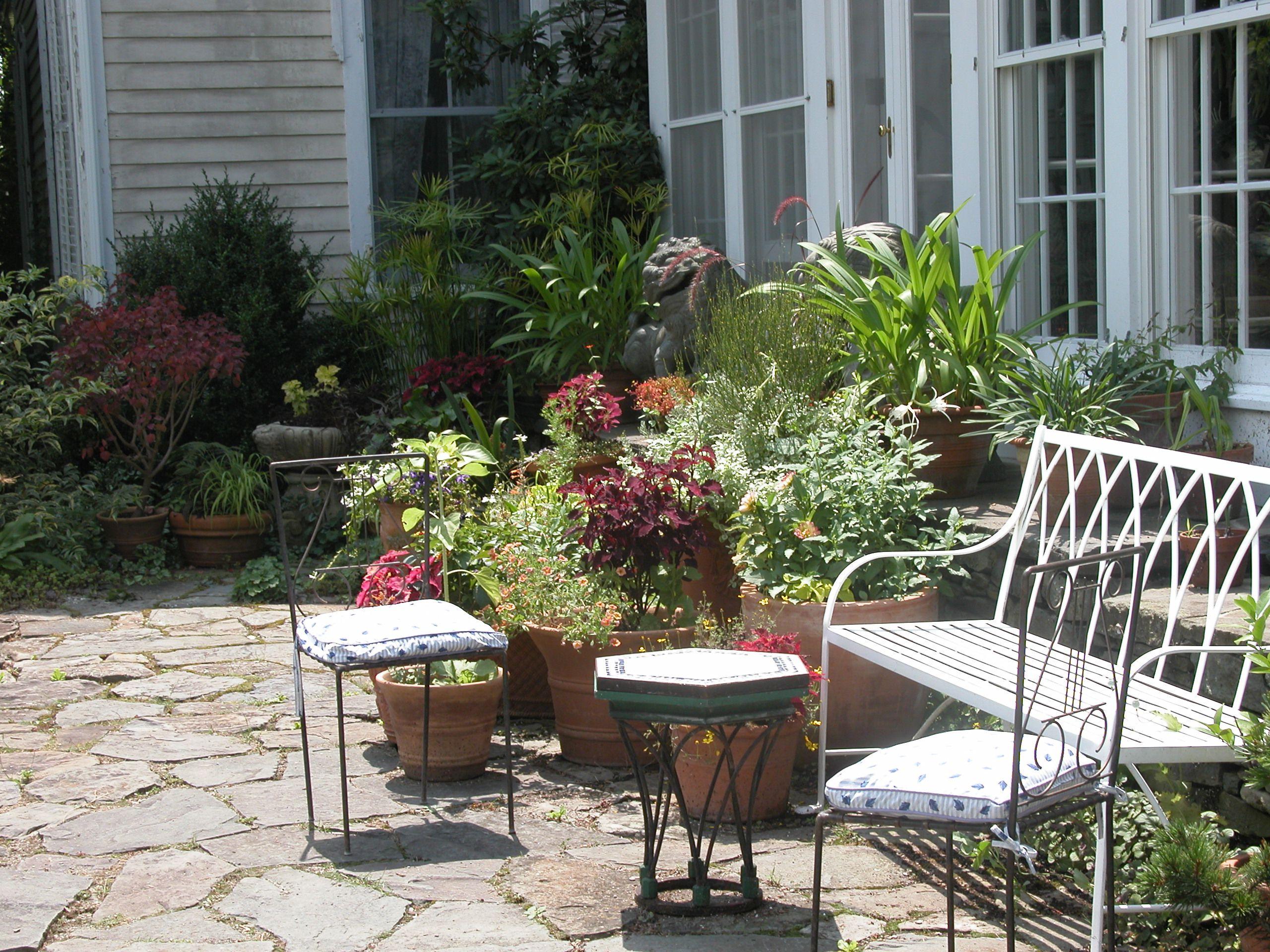 Asientos de jardín en el patio