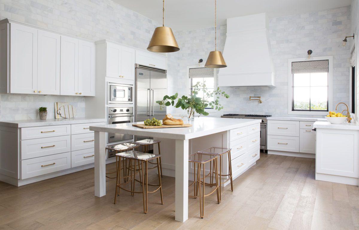 Paredes cubiertas de mármol en la cocina de lujo