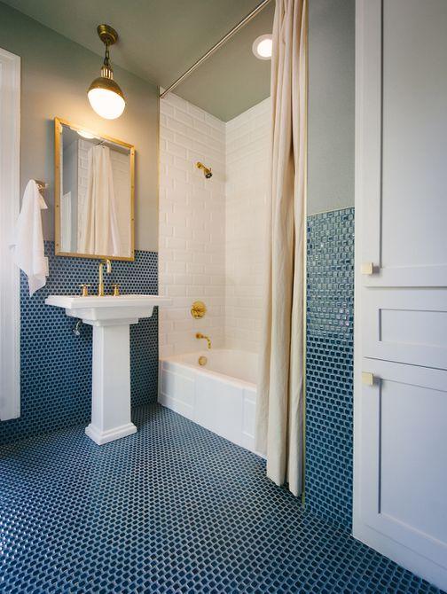 accesorios de oro en baño azul y verde
