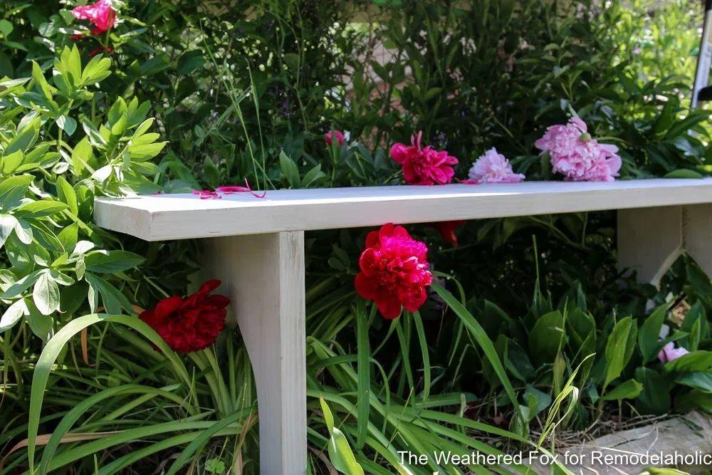 Un banco afuera con flores de colores