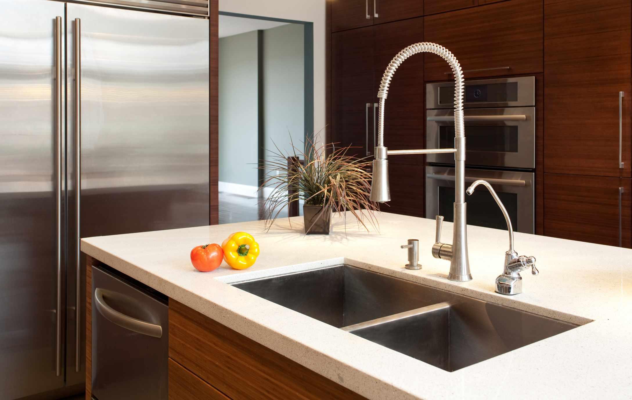 Low-divider kitchen sink