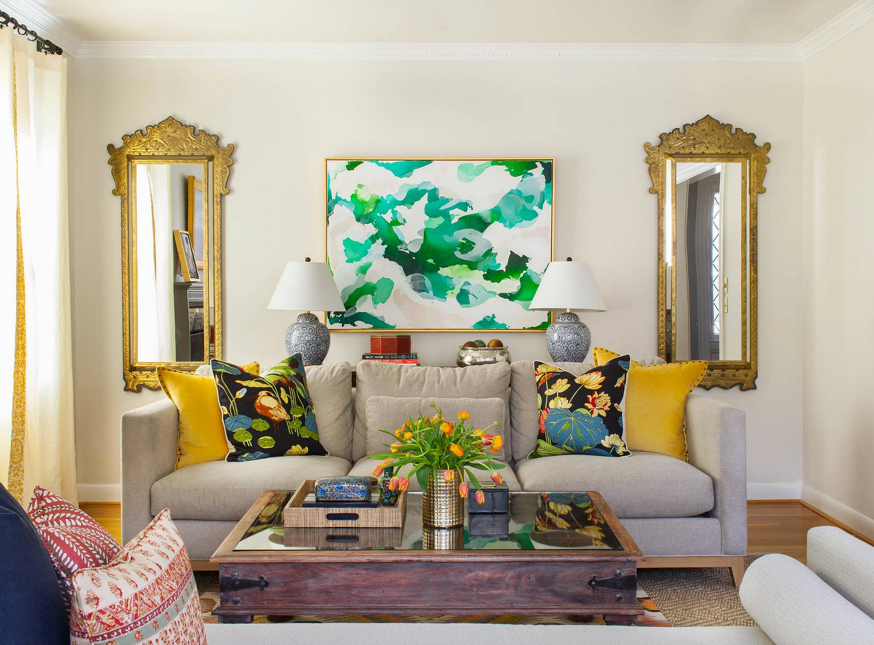 Sala de estar tradicional con acentos coloridos