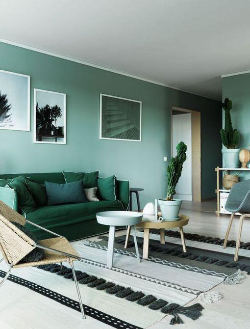 Sala de estar en tonos de verde bloqueado con colores