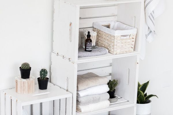 How to decorate a bathroom using wooden crates