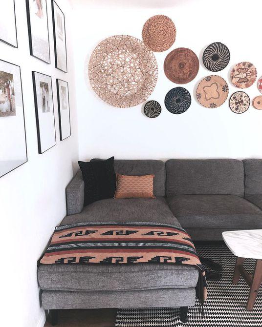 Sofá con decoración de cesta arriba