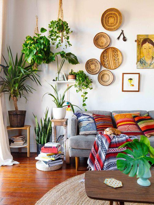 sala de estar blanca con macetas y pared de galería