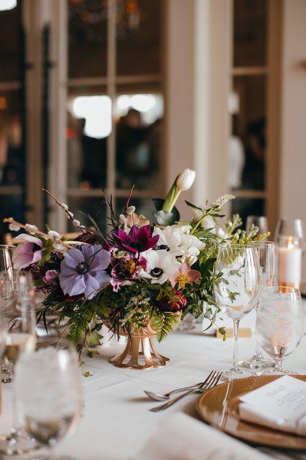 Elegante centro de boda de invierno de anémona y tulipán Centro de mesa de boda