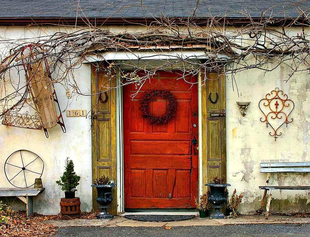 puerta rústica de color rojo anaranjado.