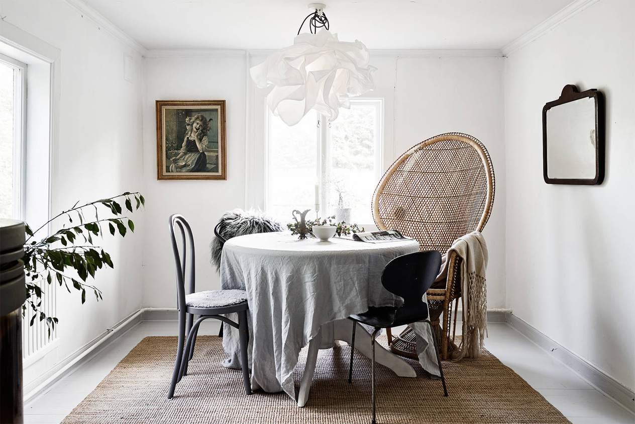 habitación moderna con poca luz, madera apilada en la pared