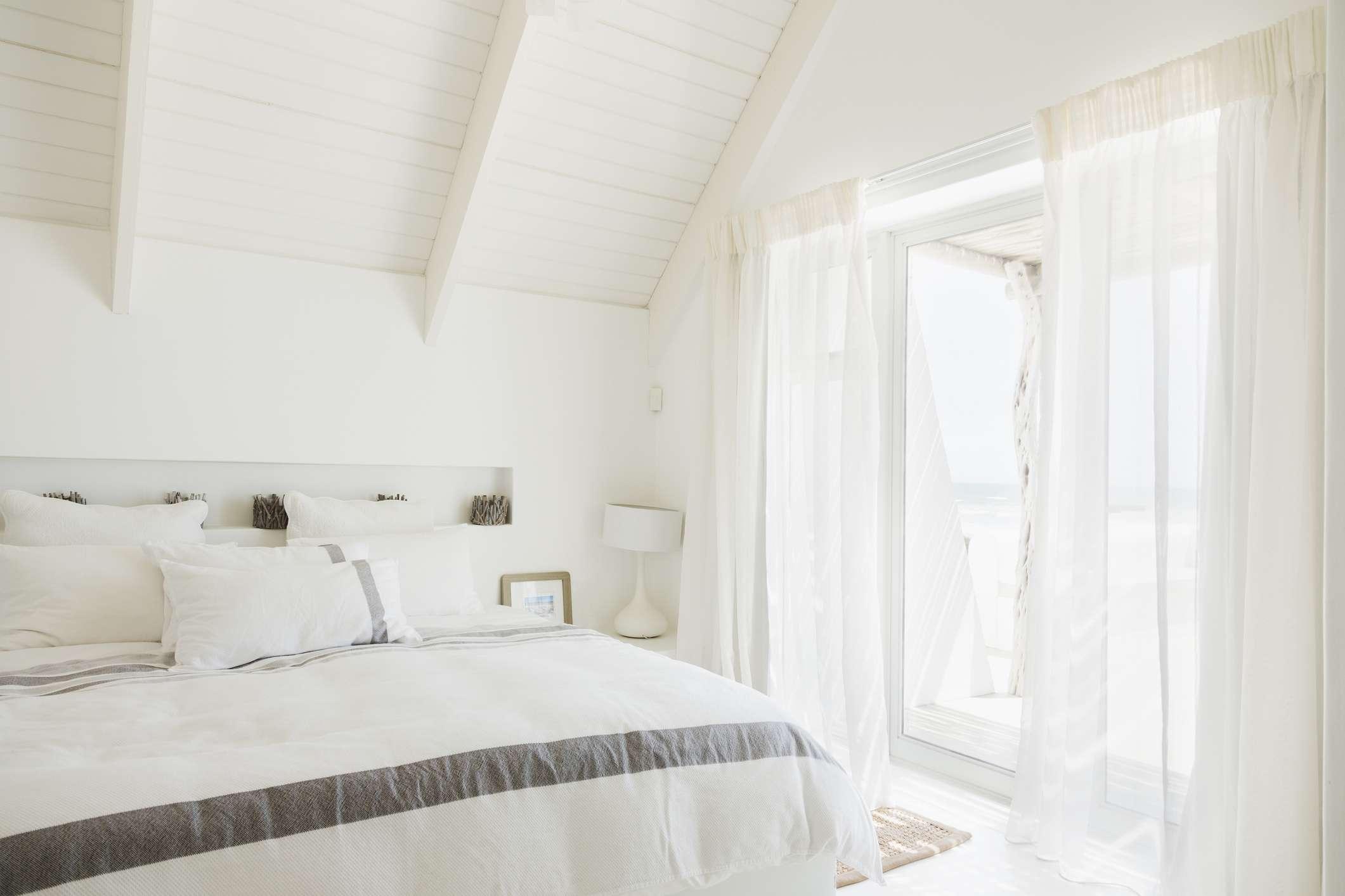 Habitación blanca y ventilada