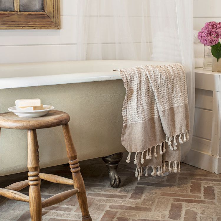country cottage clawfoot bathtub