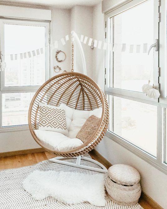 Sala de estar con silla colgante circular