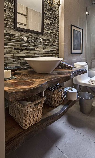 tocador de baño rústico de madera con borde vivo
