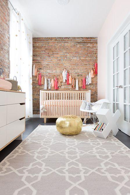 Vivero simple con colores neutros y hermosas paredes de ladrillo a la vista.