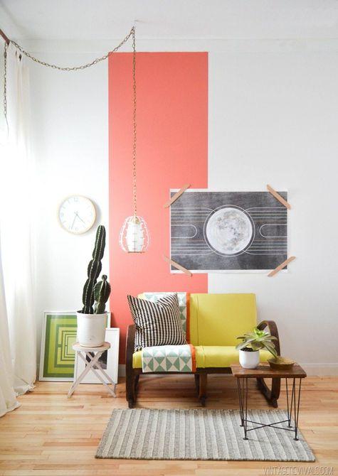 Sala de estar con pintura de coral brillante