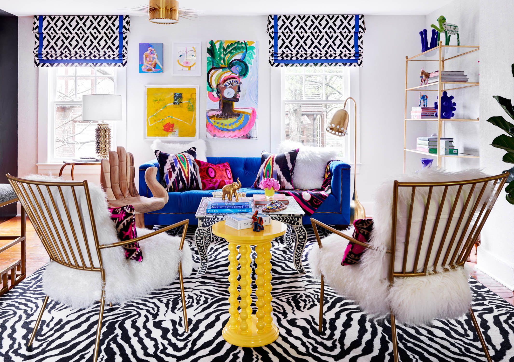 Sala de estar llamativa y colorida con estampados gráficos