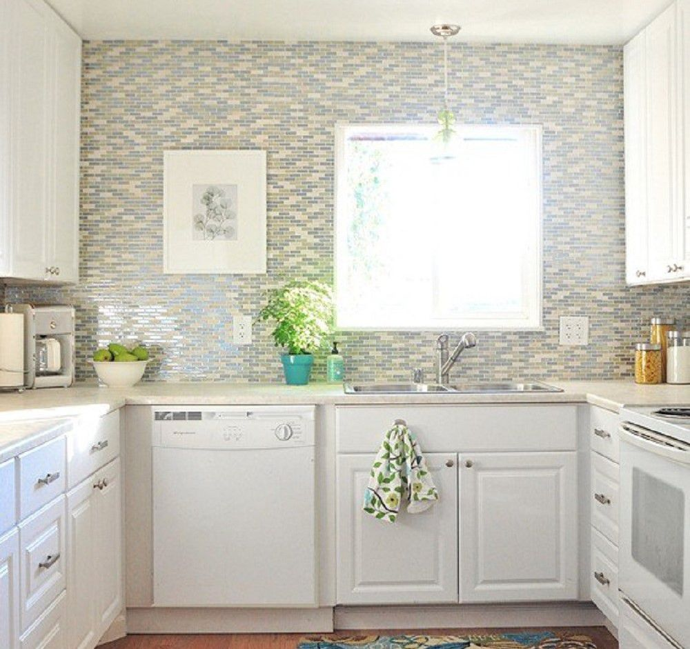 cocina pequeña en forma de U con pared de azulejos