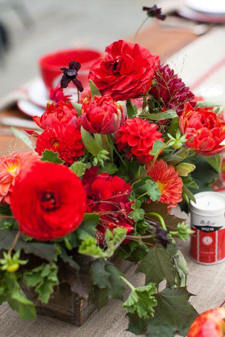 Centro de mesa de boda de otoño rojo monocromático